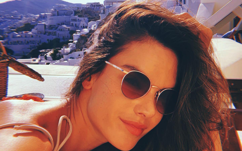 Με το λογοπαίγνιο Sun-Tan-Rini (*και τις hot λήψεις της), η Alessandra Ambrosio διαφημίζει με τον καλύτερο τρόπο τη Σαντορίνη: απόλαυσέ την