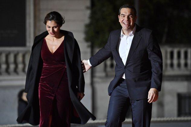 Αλέξης Τσίπρας-Μπέττυ Μπαζιάνα: θεατράκι για το πρωθυπουργικό ζεύγος (φωτογραφίες)