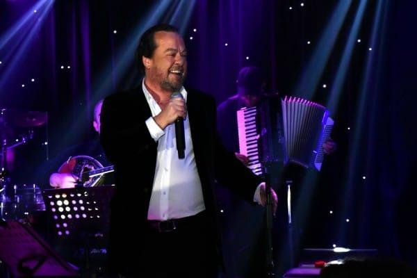 Ο Γιάννης Πάριος τραγουδάει, οι celebs τον απολαμβάνουν (φωτογραφίες)