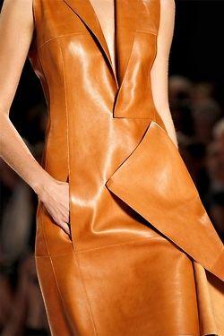 Leather dress: το δερμάτινο φόρεμα φέτος είναι must (φωτογραφίες)