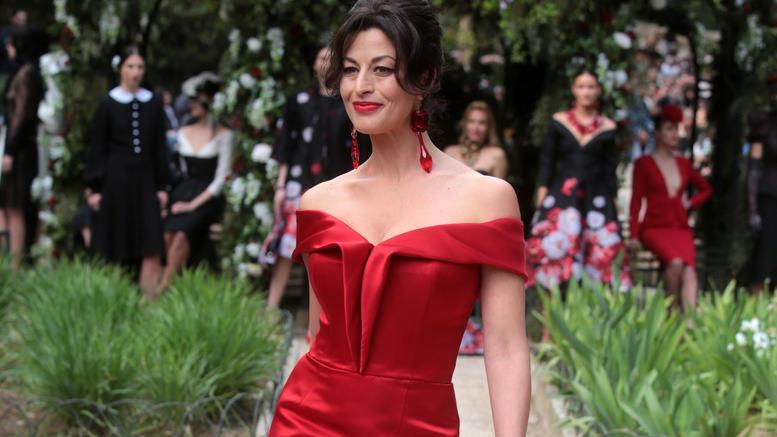 """Δωροθέα Μερκούρη: ποζάρει σαν ντίβα με ρούχα και κοσμήματα της """"βασίλισσας Καλλιόπης"""" (φωτογραφίες)"""