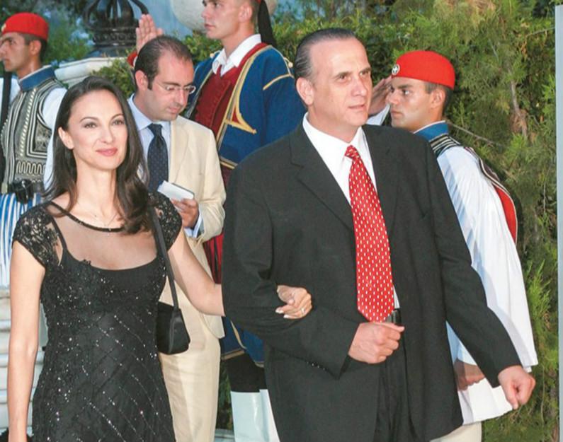 """""""Κόκκινο πανί"""" για την τράπεζα η Έλενα Κουντουρά και """"κόκκινα δάνεια"""": χρωστάει 800.000 ευρώ (έγγραφο)"""