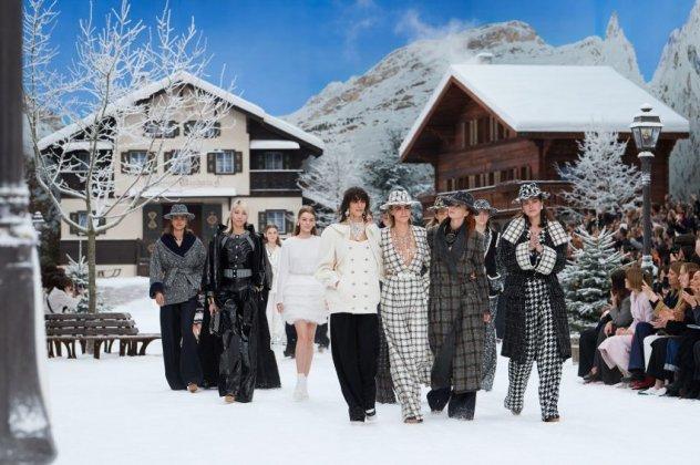 """Στην ιστορική επίδειξη της Chanel ήχησε για τελευταία φορά η φωνή του """"Κάιζερ"""" Karl Lagerfeld (φωτογραφίες)"""