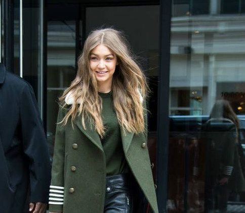 Φόρεσε το δερμάτινο παντελόνι σου, όπως στο προτείνει η Gigi Hadid