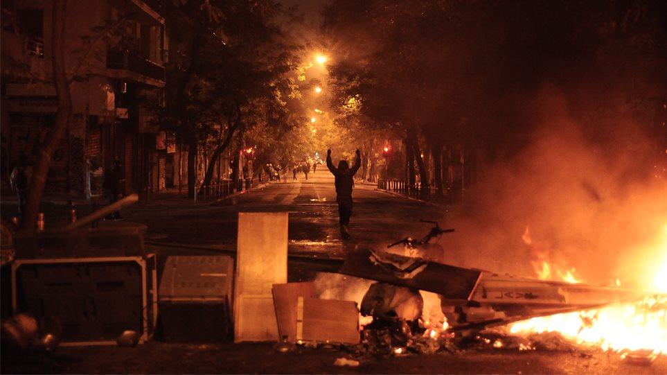 Οδοφράγματα στα Εξάρχεια, φωτιές και μολότοφ στη συμπρωτεύουσα: τι γίνεται τώρα στις πορείες για την επέτειο Γρηγορόπουλου