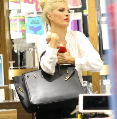 Ασύλληπτη η τιμή της -διάσημης, όπως κι αν το δεις-τσάντας της Μενεγάκη (φωτογραφία)