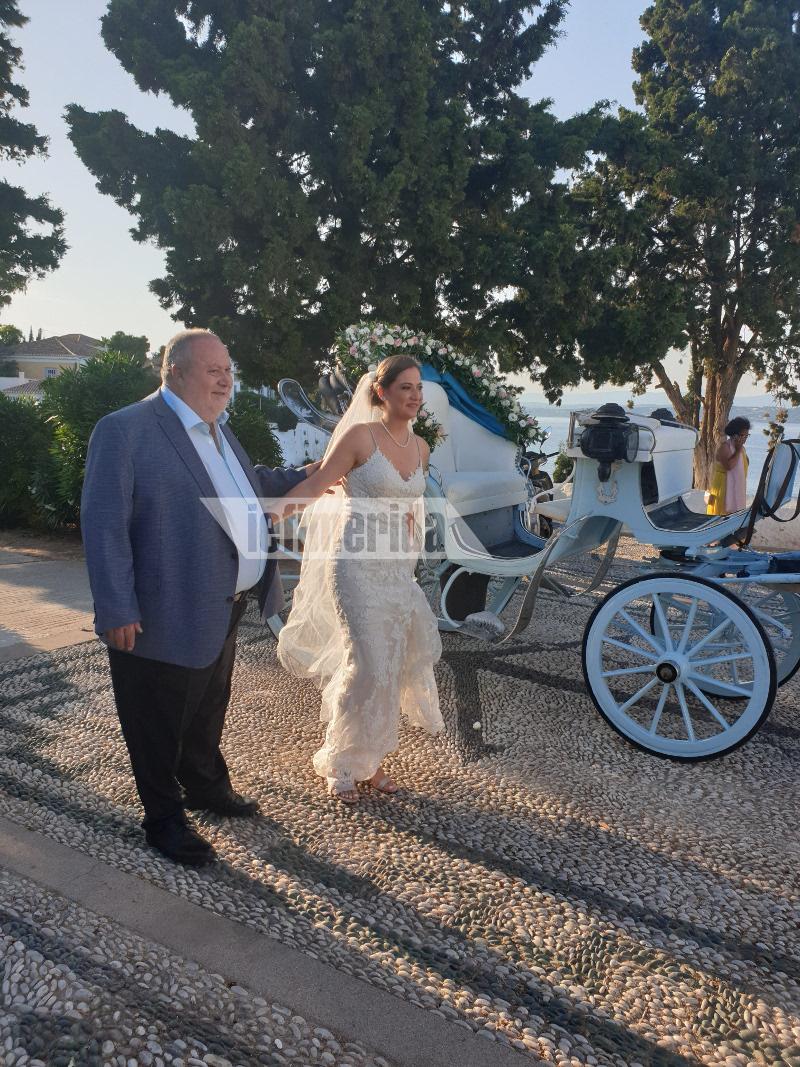 Ο πατέρας της νύφης τη συνοδεύει στην εκκλησία Γάμος Αρμενάκη