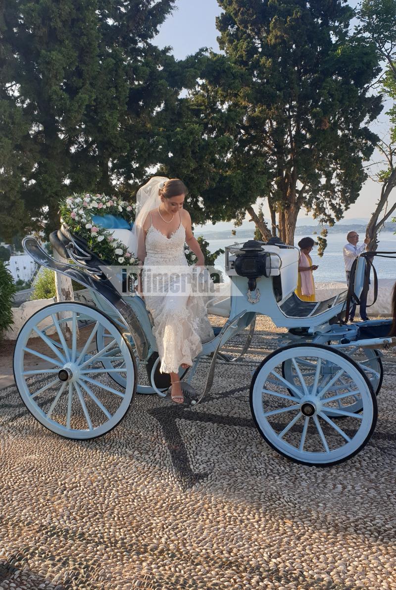 Η Λένα Γκαραμπεντιάν κατεβαίνει από την ανθοστόλιστη αμαξα