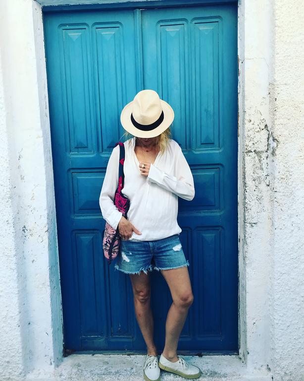 Δε φαντάζεστε ποια διάσημη ηθοποιός κάνει διακοπές στην Σαντορίνη