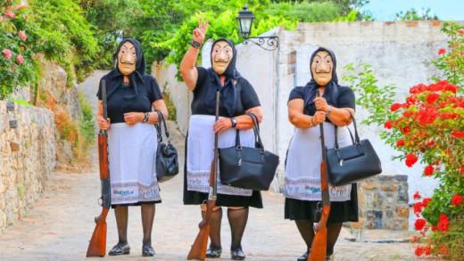 """Δες το βίντεο με τρεις Ελληνίδες """"γιαγιάδες"""" αλά... Casa De Papel να σχεδιάζουν την τέλεια νοθεία- έγινε viral"""