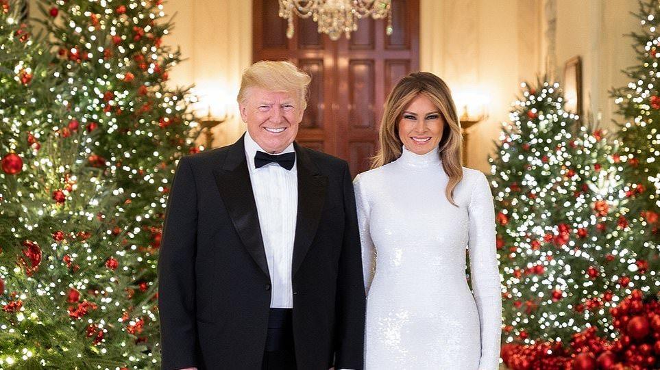 H αστραφτερή χριστουγεννιάτικη καρτ-ποστάλ του ζεύγους Trump