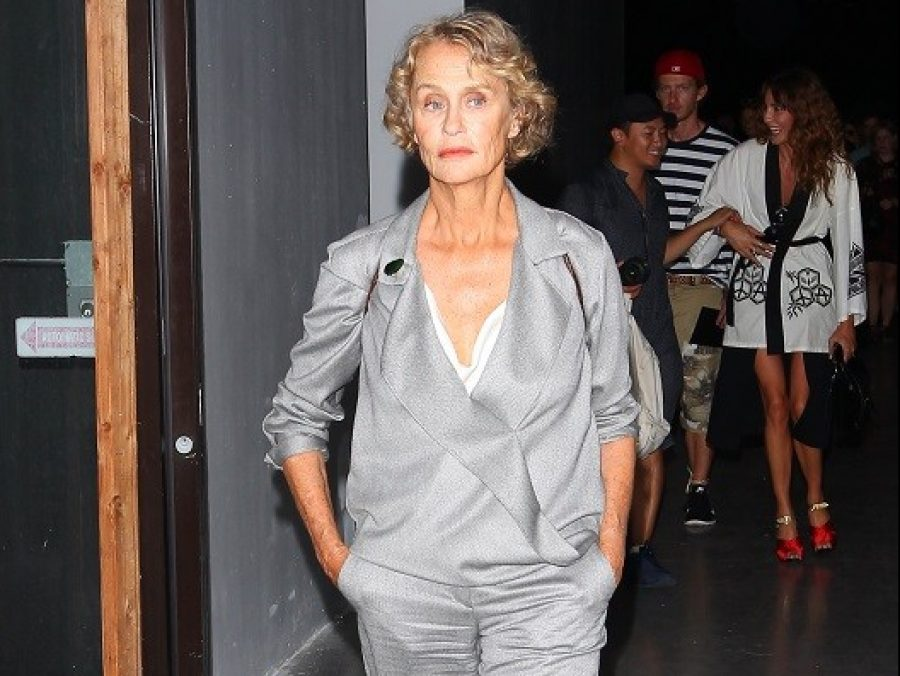 Η θρυλική 75άρα του μόντελινγκ, Lauren Hutton, περπάτησε στο ντεφιλέ του Valentino (φωτογραφίες)