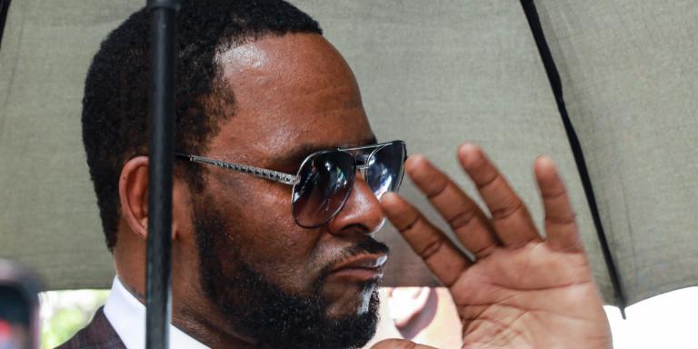 Ο σταρ της r'n'b R. Kelly συνελήφθη, κατηγορούμενος για παιδική πορνογραφία: Τι ισχυρίζεται