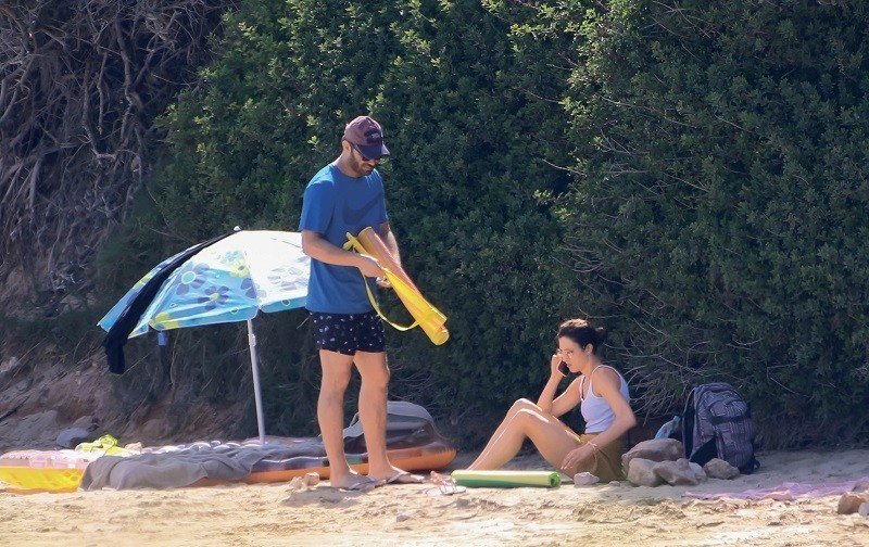 Γιώργος Σαμπάνης: Στην παραλία, με άγνωστη συνοδό - φωτογραφίες