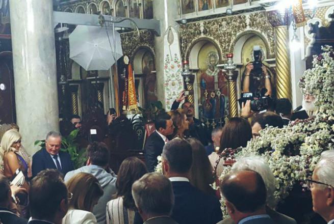 Η Μαρία Μενούνος στην Κρήτη: Έγινε κουμπάρα σε γάμο (vds)
