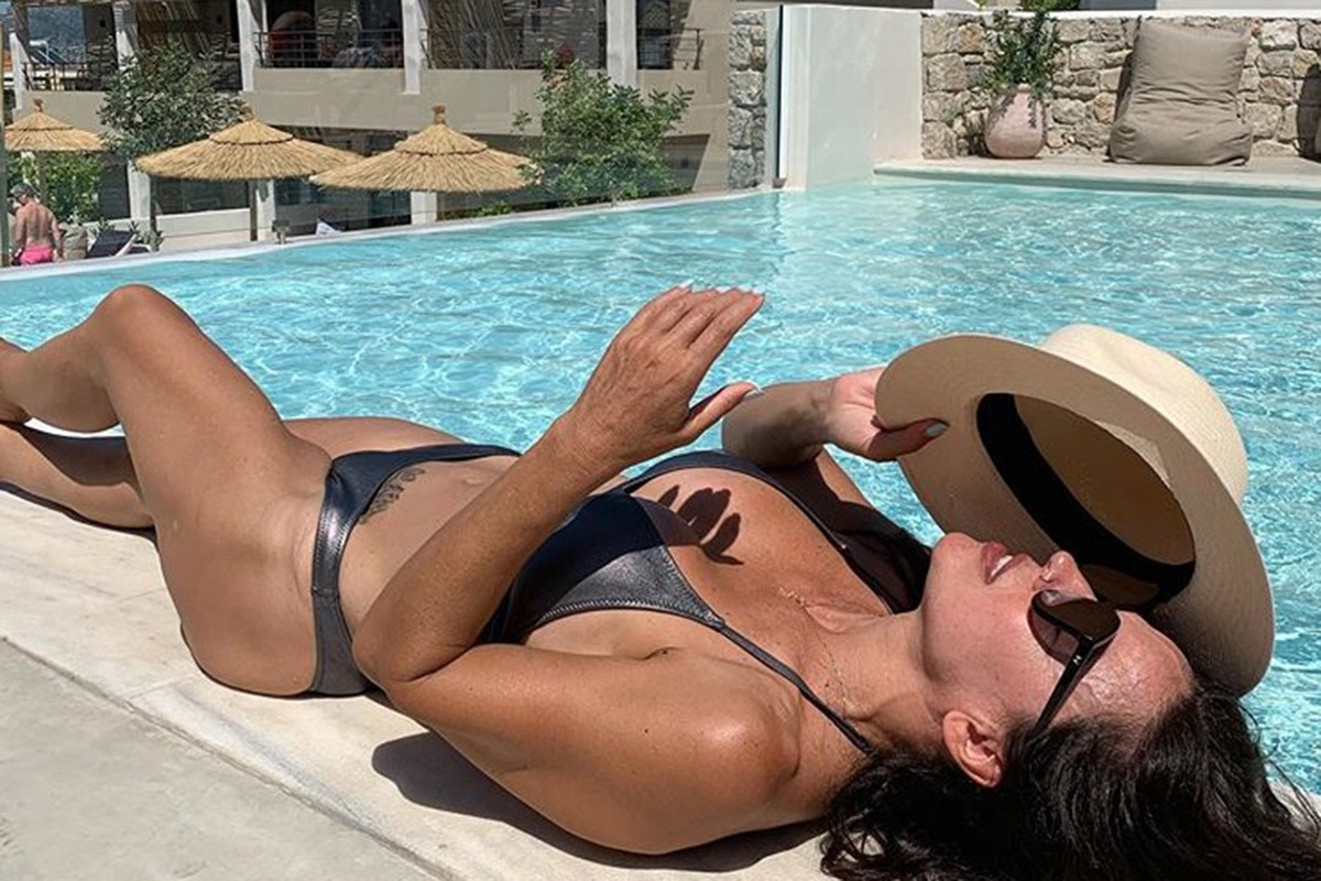 Η Ναταλία Δραγούμη πετάει το σουτιέν της και κάνει βουτιά στην πισίνα