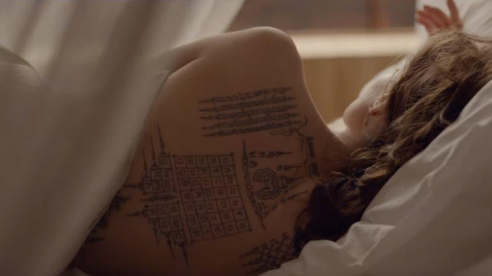 Πού έδειξε όλα της τα τατουάζ;