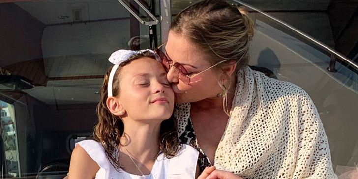Η Αλεξάνδρα Πασχαλίδου βάπτισε την 11χρονη κόρη της στην Υδρα