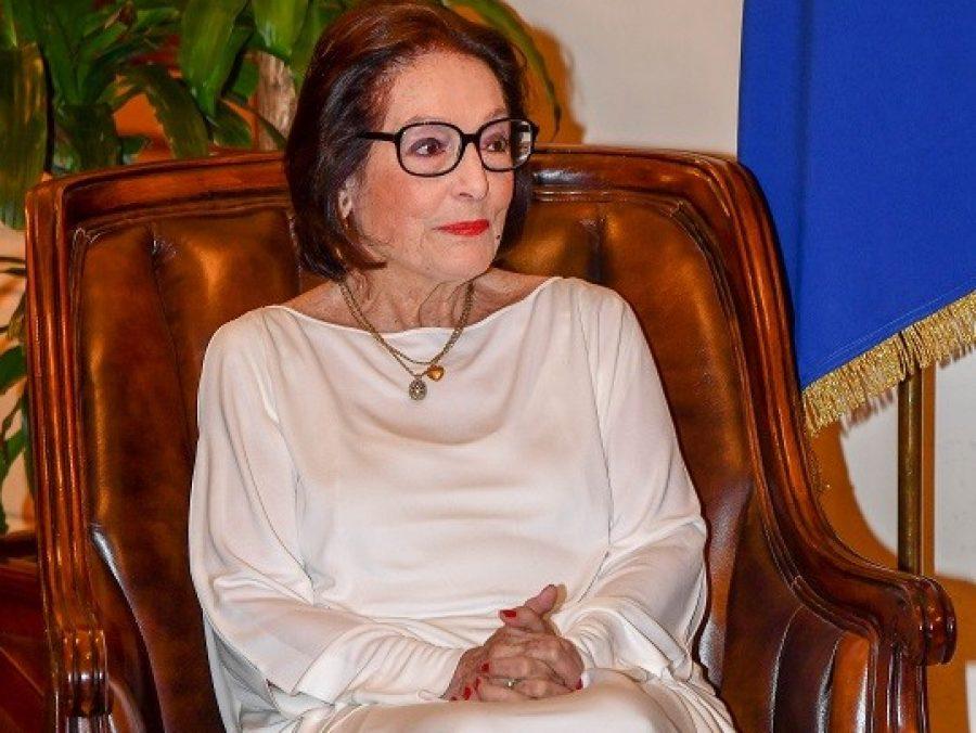 H Nάνα Μούσχουρη άλλαξε μετά από πολλές δεκαετίες τα γυαλιά-σήμα κατατεθέν της