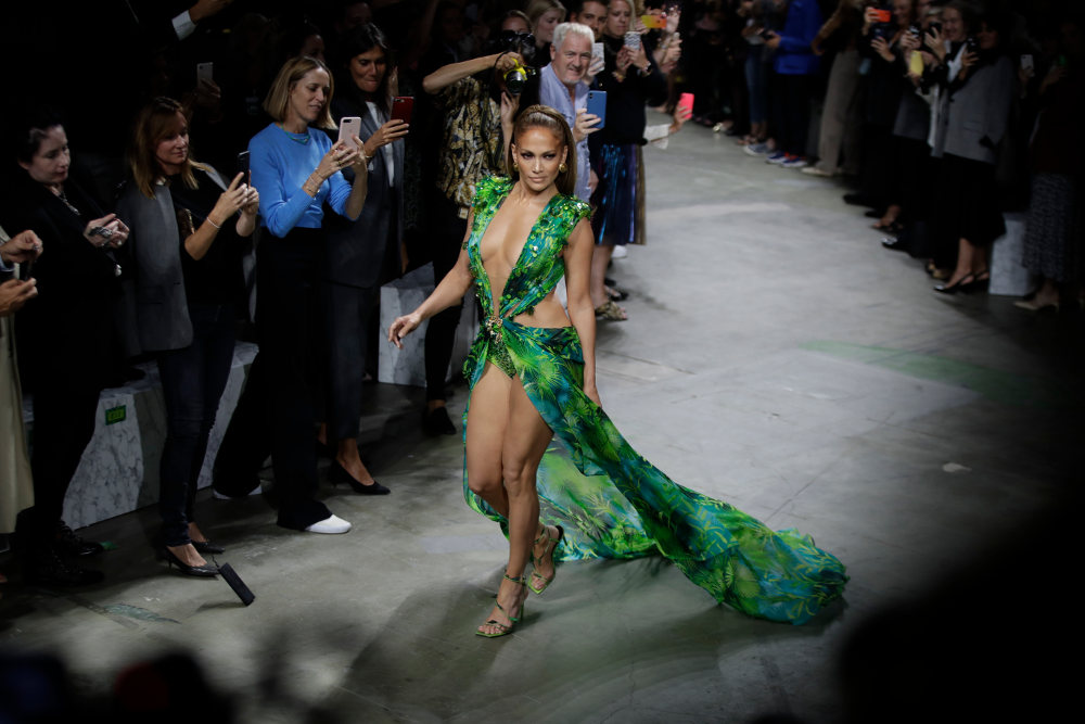 Η Τζένιφερ Λόπεζ ξανά με το αποκαλυπτικό φόρεμα Versace που φόρεσε πριν από 19 χρόνια