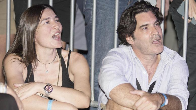 Μαρία Ναυπλιώτου - Χριστόφορος Παπακαλιάτης: τραγουδούν καθισμένοι στο τσιμέντο σε συναυλία της Ρίζου