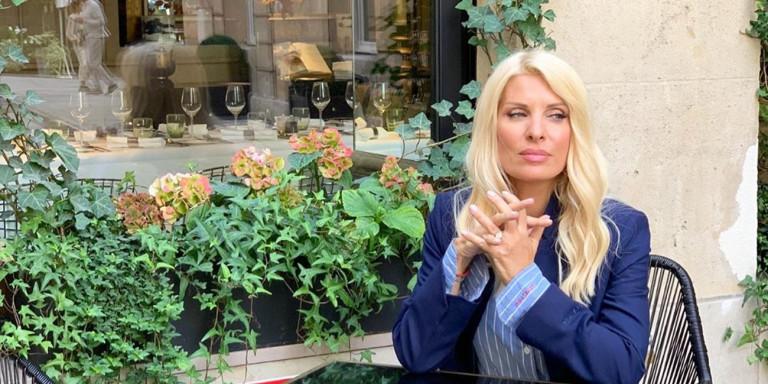 Η Ελένη Μενεγάκη βολτάρει στο Παρίσι λίγες μέρες πριν από την τηλεοπτική της πρεμιέρα