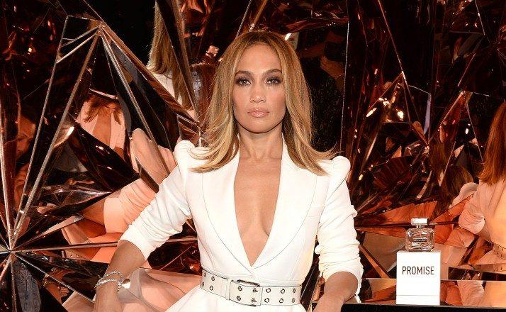 Jennifer Lopez: Λαμπερή φορώντας μία τουαλέτα γεμάτη Swarovski της Celia Kritharioti