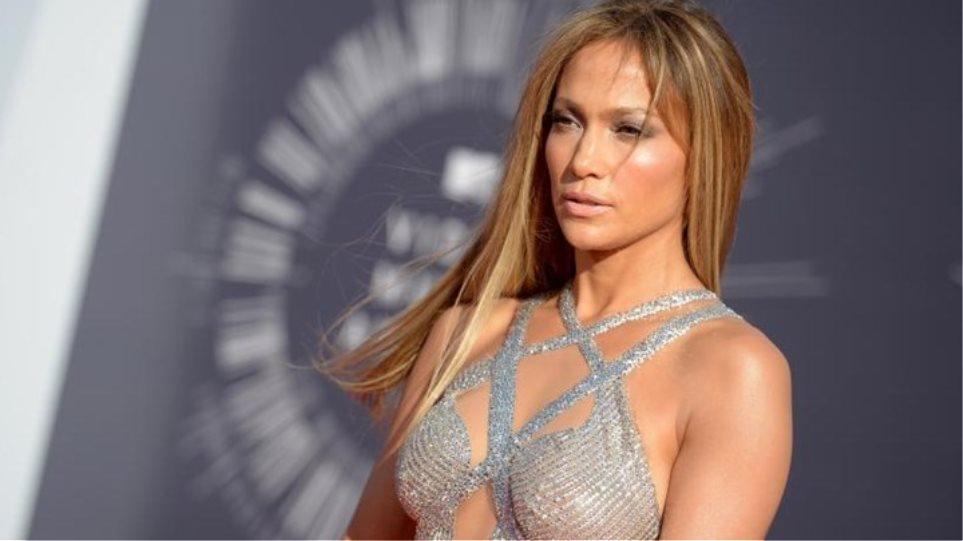 Πιο σέξι από ποτέ η Τζένιφερ Λόπεζ, ποζάρει με ένα body από σχοινιά για το νέο της τραγούδι
