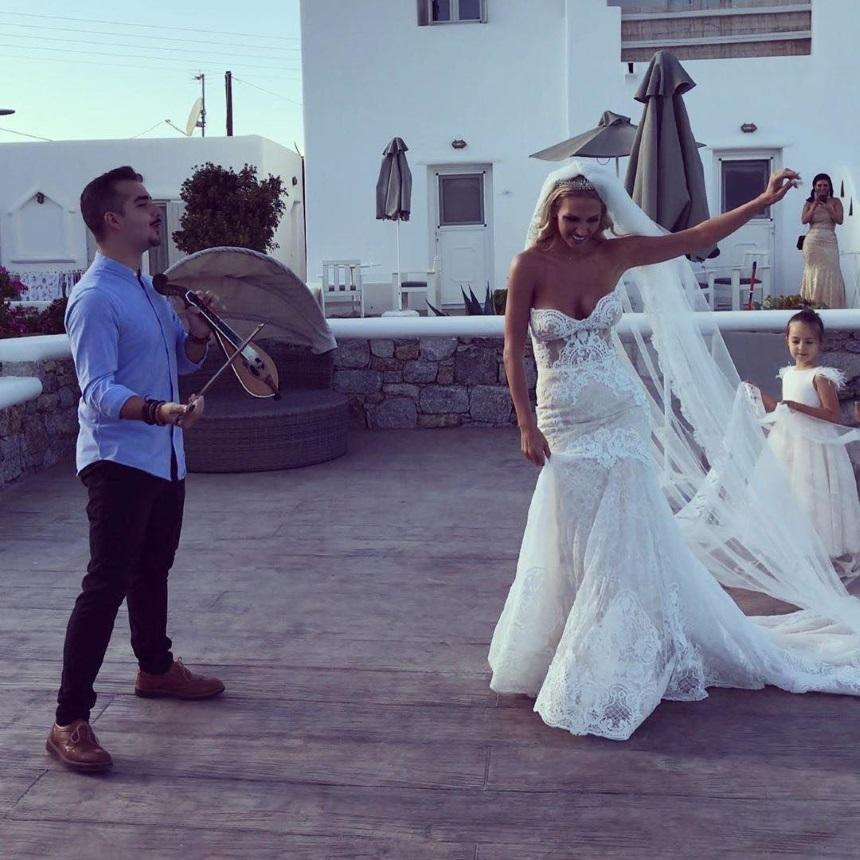 Η Σάσα Μπάστα ντύθηκε νύφη στη Μύκονο