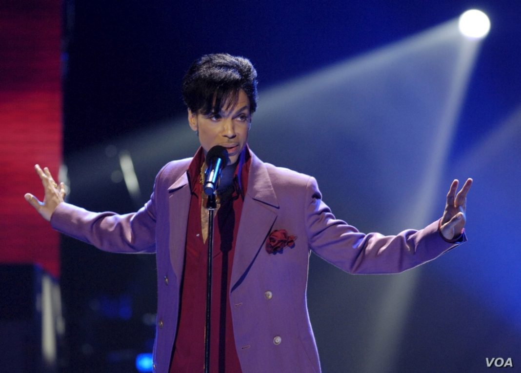 Prince: «ο πατριός του τον πήρε μαζί με δύο φίλους του και τον πήγε σε drive in για να δουν ταινία ακατάλληλη για ανηλίκους»