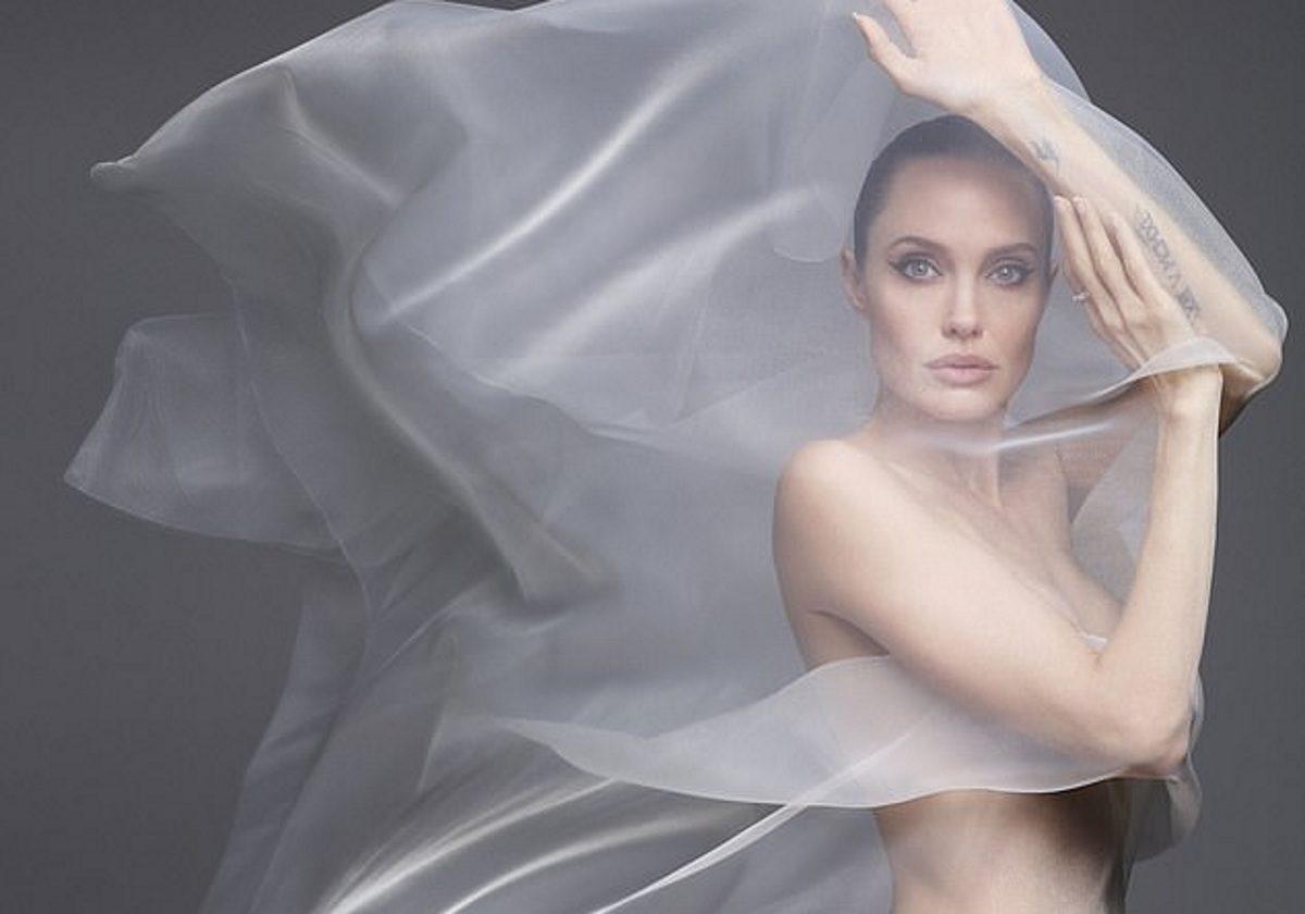 Η Angelina Jolie ποζάρει γυμνή στα 44!