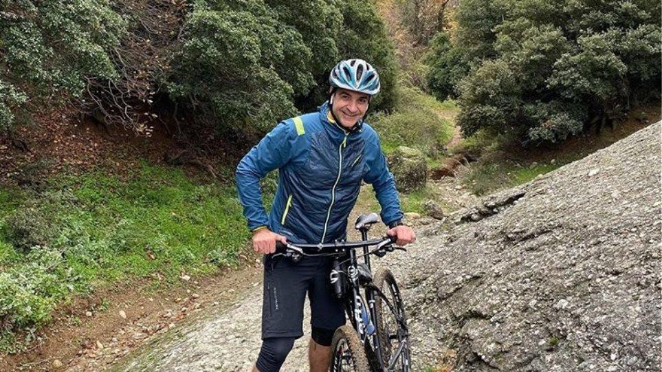 Ο Μητσοτάκης κάνει mountain bike στα Μετέωρα