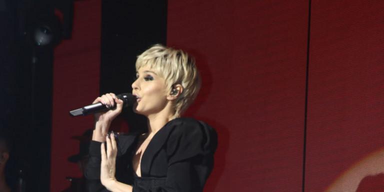Η Τάμτα με μαλλί 80s αλά γκαρσόν στην πρεμιέρα της