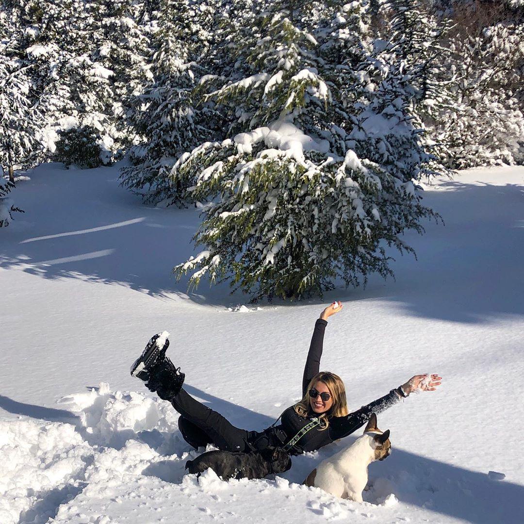 H Κωνσταντίνα Σπυροπούλου παίζει στα χιόνια