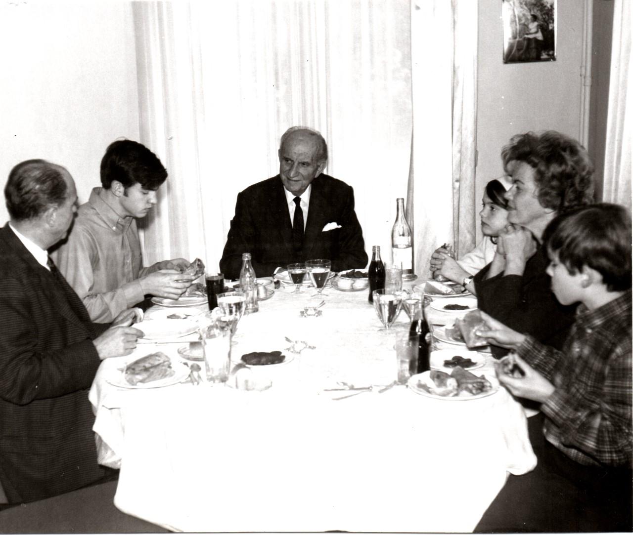 Η οικογένεια Παπανδρέου έτρωγε σουβλάκια στο γιορτινό τραπέζι
