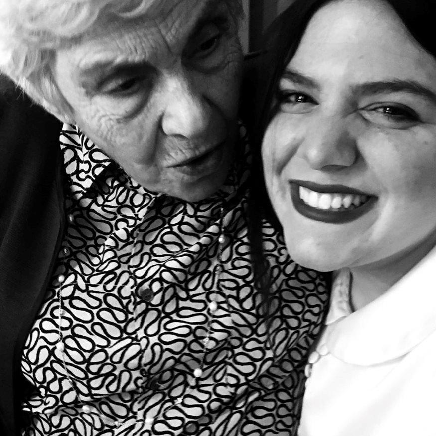 Τι απαντά η Δανάη Μπάρκα στα δημοσιεύματα που την θέλουν να κληρονομεί τα ποιήματα της Κικής Δημουλά