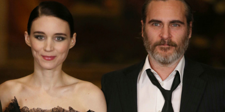 Ο Joaquin Phoenix και η σύντροφός του μετά την απονομή των Όσκαρ