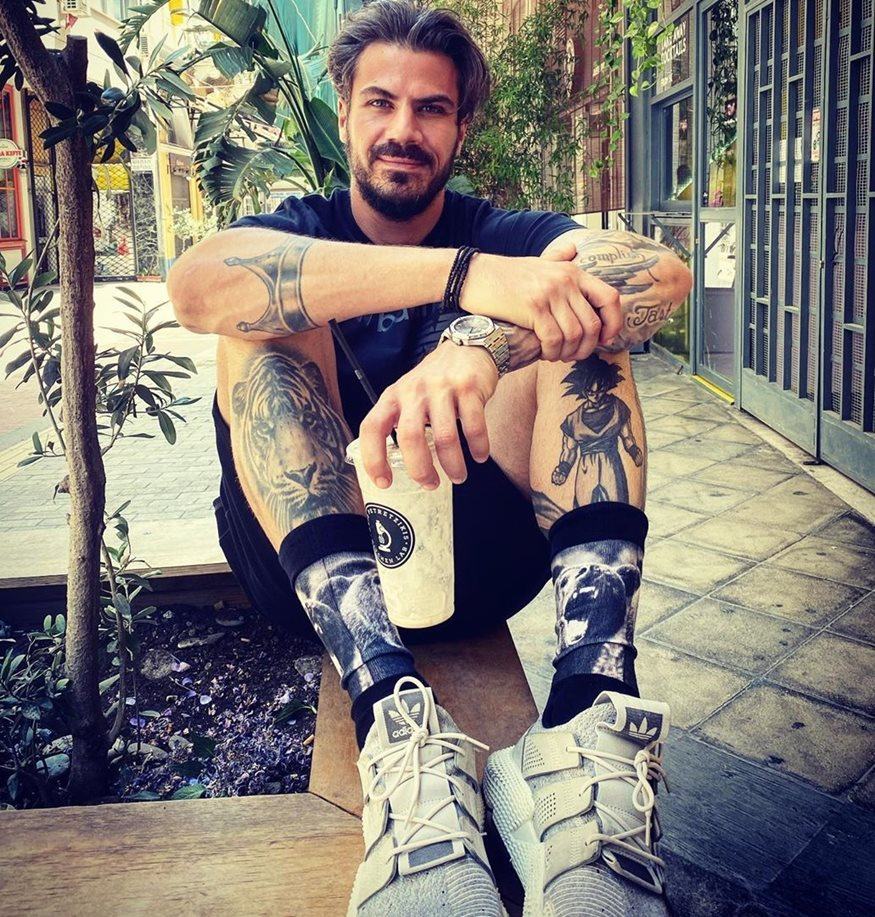 Άκης Πετρετζίκης: Τι απάντησε σε σχόλιο για τα τατουάζ του
