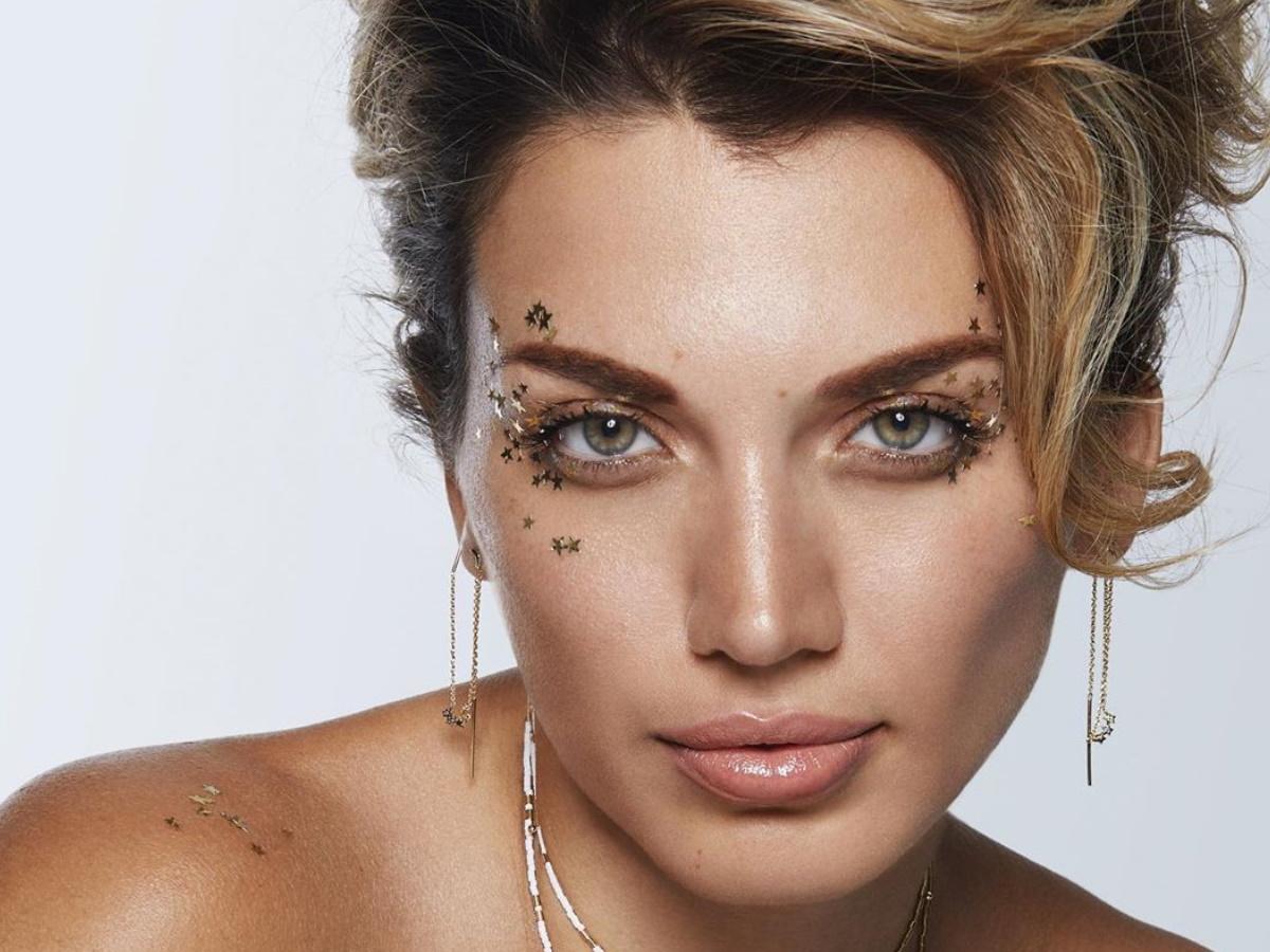 Η Κωνσταντίνα Σπυροπούλου ποζάρει topless και.. αναστατώνει!