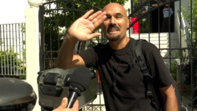 """Η """"ξινή"""" αντίδραση του Δημήτρη Σκουλού όταν ρωτήθηκε για τη φωτογραφία δίπλα στον άστεγο"""