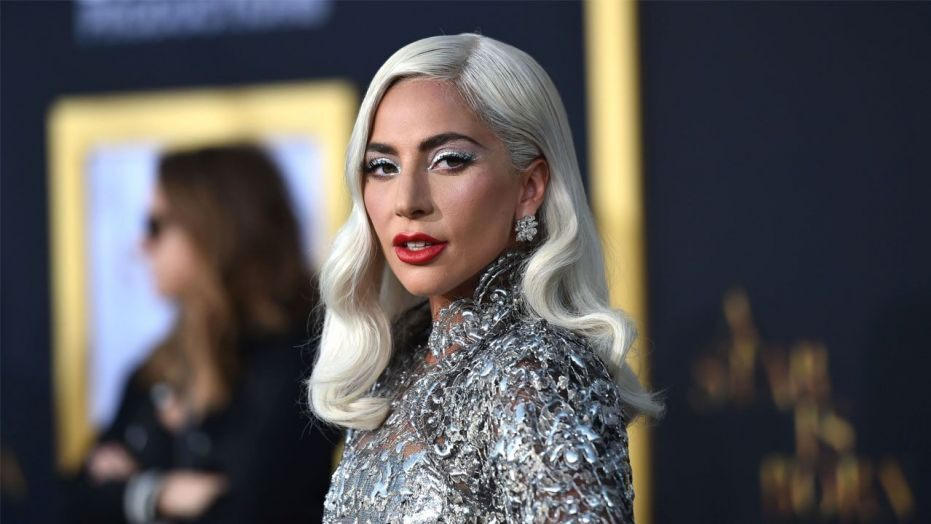 Lady Gaga: Ποζάρει τόπλες και.. ξεσηκώνει τα πλήθη!