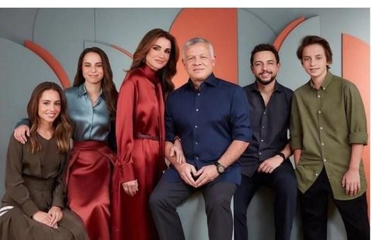 Η Βασίλισσα Ράνια της Ιορδανίας στο κλίμα των Χριστουγέννων - Με εκθαμβωτικό κόκκινο σατέν φόρεμα  στέλνει τις ευχές της για το 2021