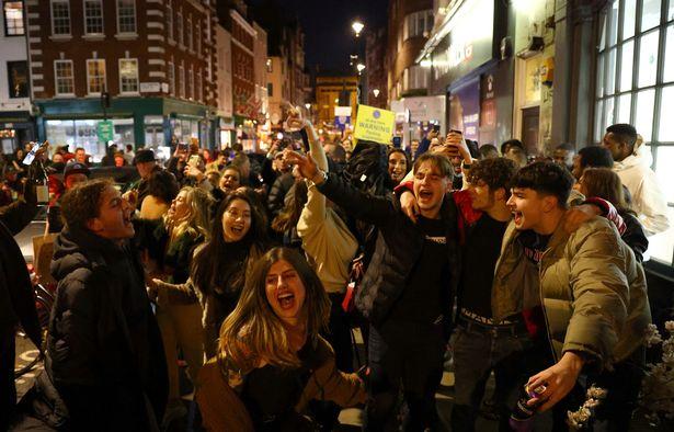 Στο Λονδίνο έτρεξαν να προλάβουν για να πιουν όσο περισσότερο μπορούν, πριν να ξανακλείσουν οι παμπ - Δείτε φωτογραφίες