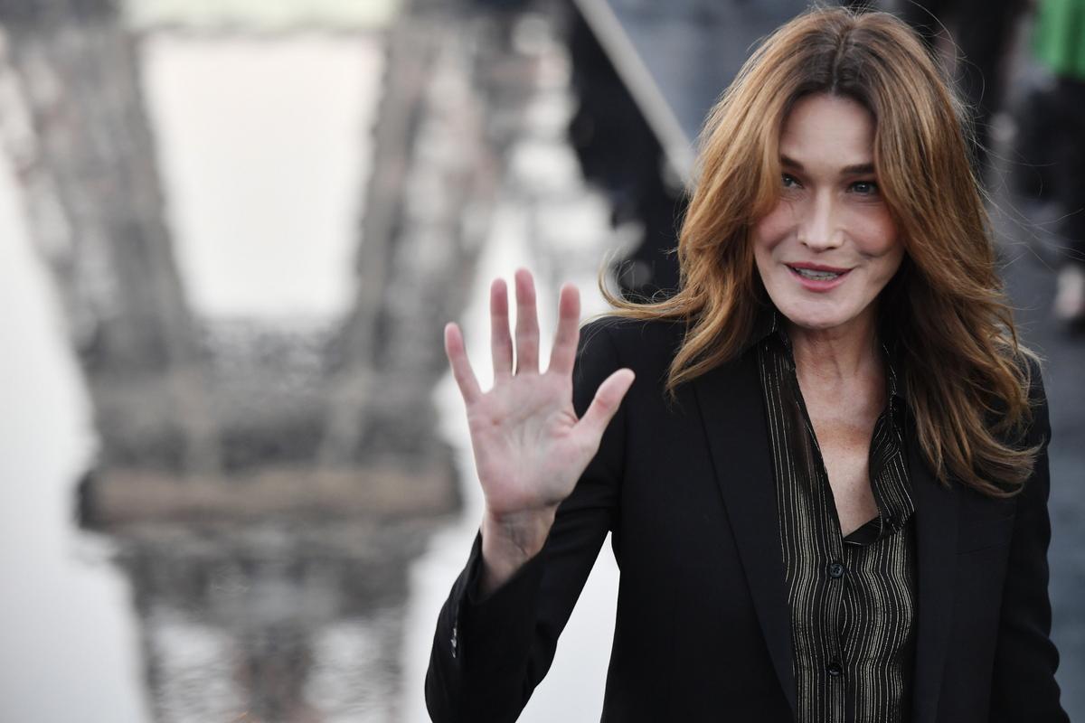 Κάρλα Μπρούνι: εντυπωσιακή με μίνι πλεκτό φόρεμα στο πλευρό του Νικολά Σαρκοζί