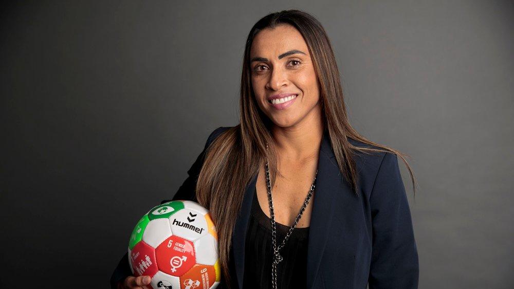 Μάρτα Βιέιρα: η έξι φορές καλύτερη παίκτρια ποδοσφαίρου στον κόσμο παντρεύεται συμπαίκτριά της