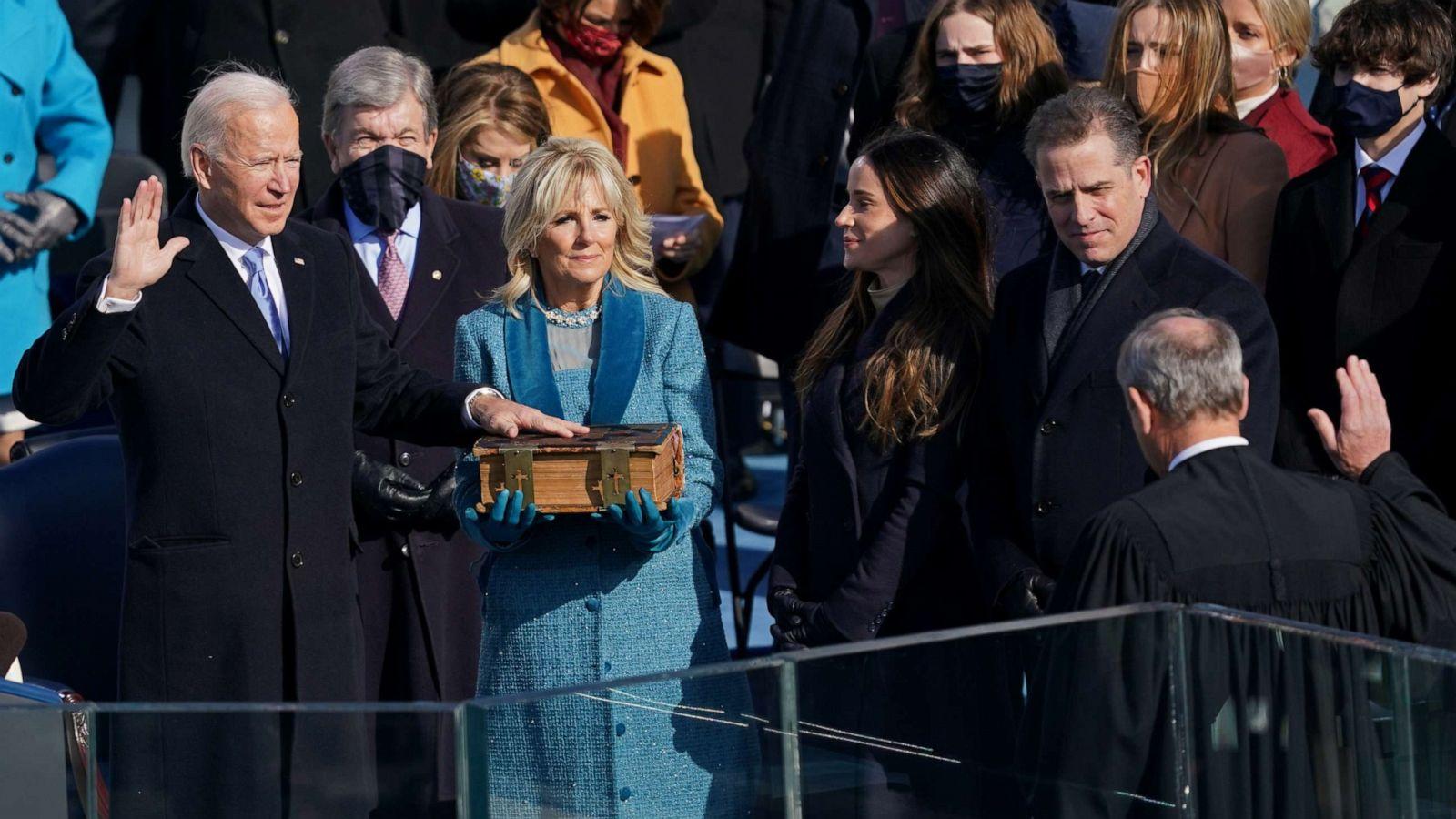 Οικογένεια Μπάιντεν: τι επέλεξαν να φορέσουν το βράδυ της ορκωμοσίας του Προέδρου (φωτογραφίες)