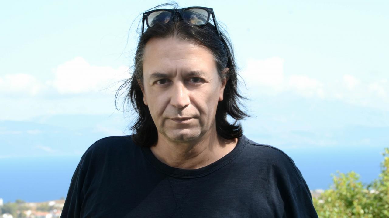 Γιάννης Κότσιρας: «Ο τρόπος που απευθύνομαι στους φίλους είναι πολύ συγκεκριμένος και εκεί φαίνεται η διαφορά»