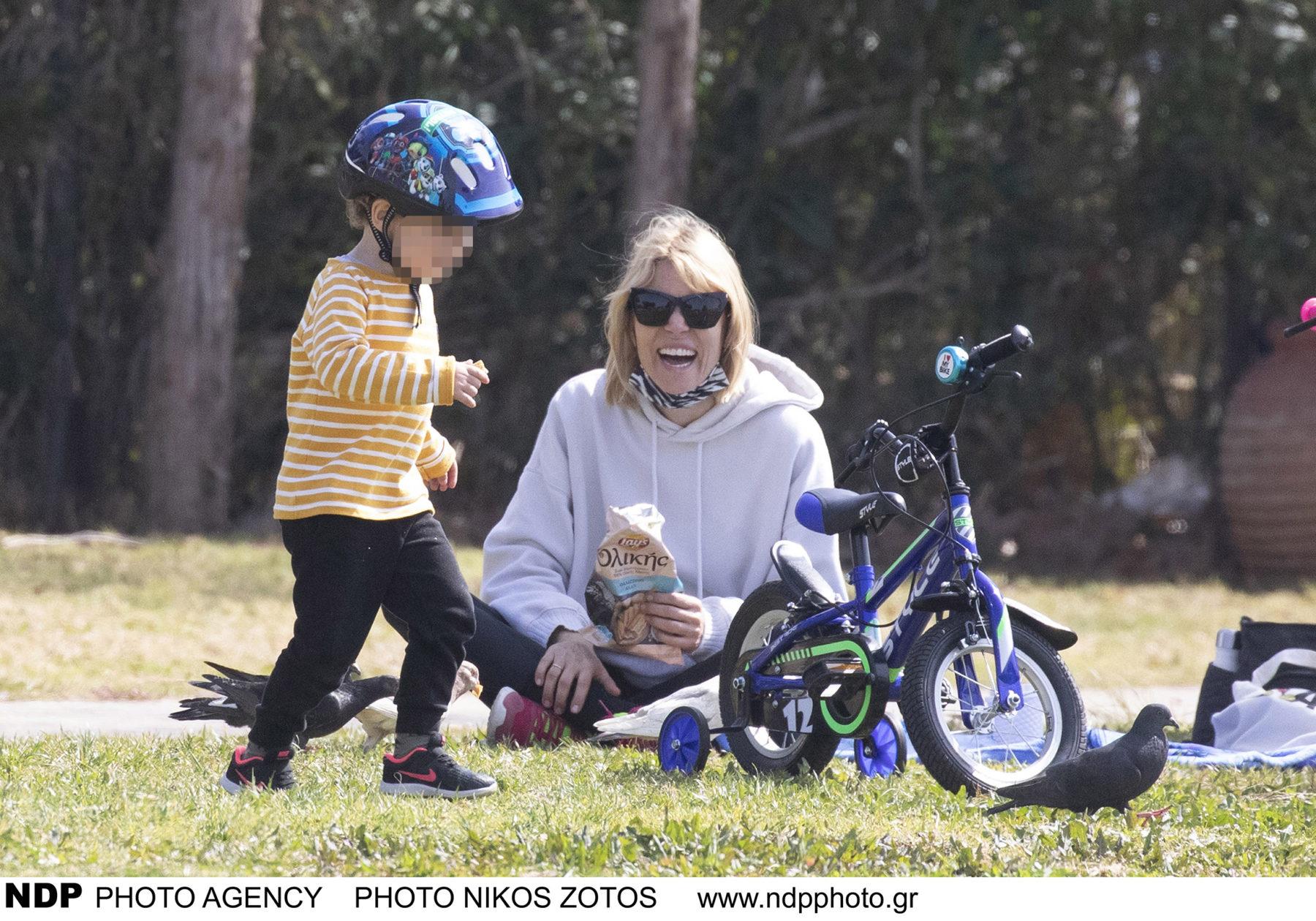 Βίκυ Καγιά: παιχνίδια με τον γιο της Κάρολο στη Βουλιαγμένη (φωτογραφίες)