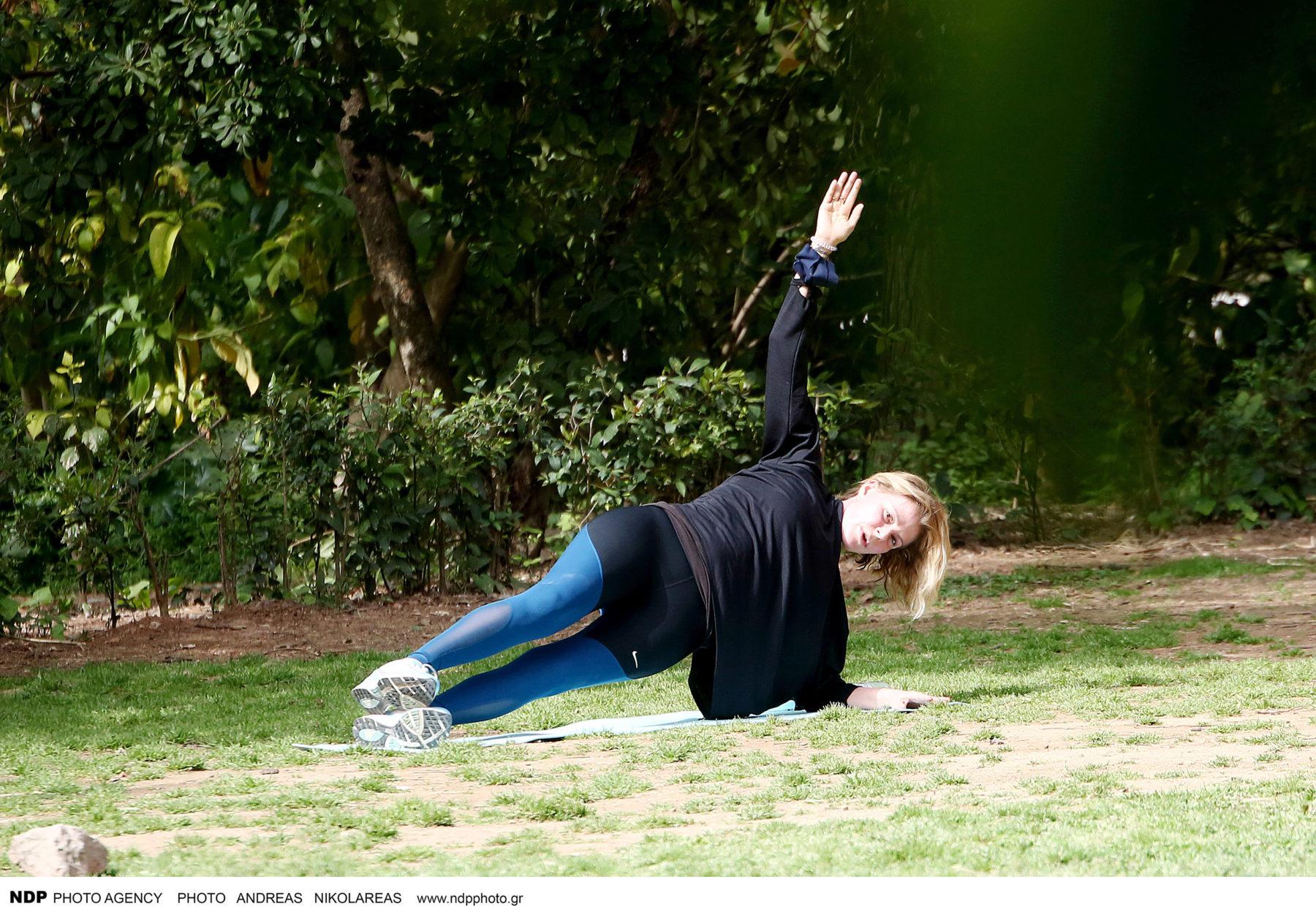 Τζένη Μπαλατσινού: διατηρεί τη σιλουέτα της με γυμναστική στην ύπαιθρο (φωτογραφίες)