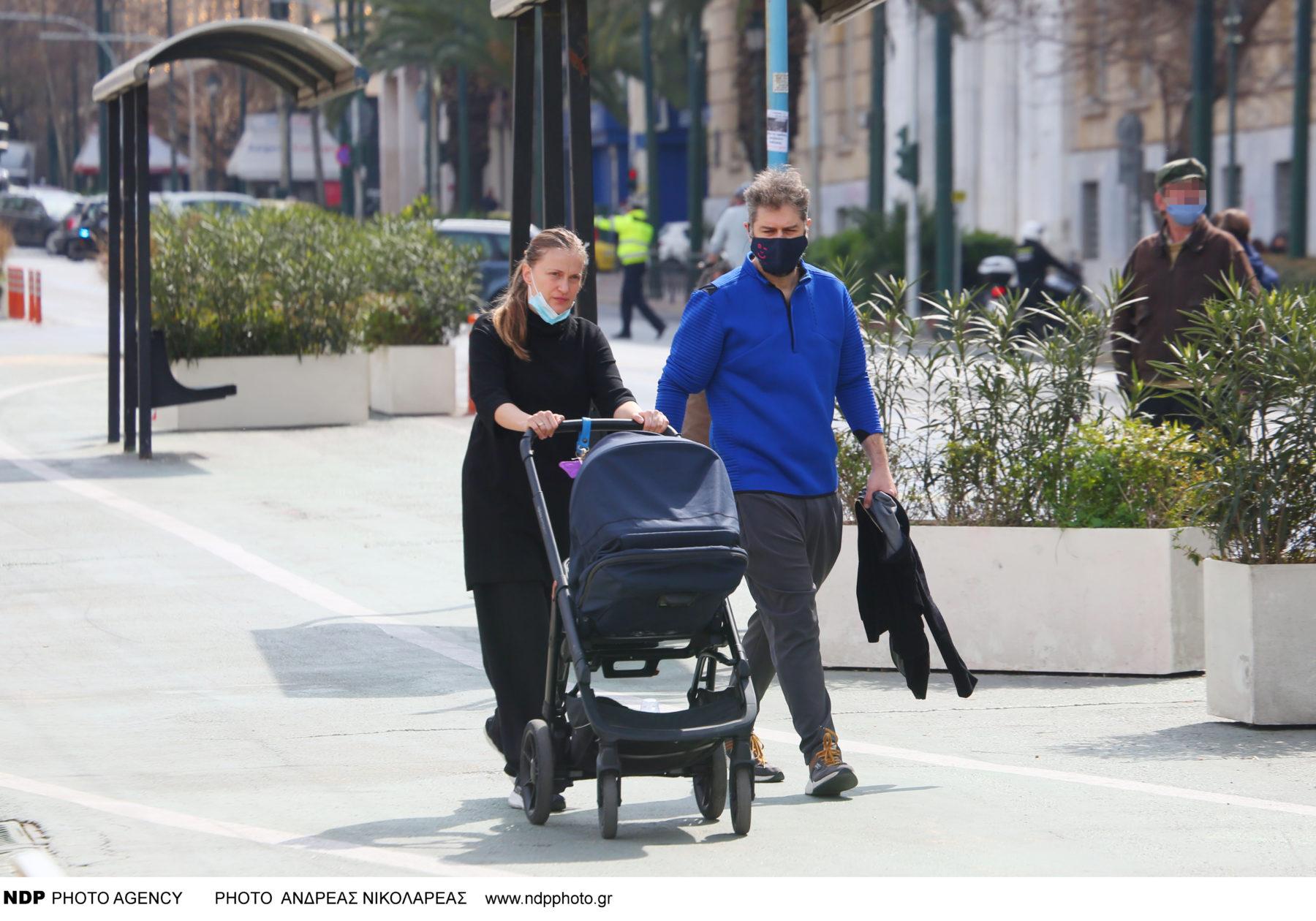 Αλέξανδρος Μπουρδούμης: βόλτα στην Αθήνα με τη σύζυγό του Λένα Δροσάκη και τον γιο τους (φωτογραφίες)